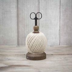 Dispensador con ovillo de cuerda natural y tijeras. A la venta en: www.mrwonderfulshop.es