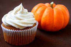 Cupcakes de calabaza con glaseado de canela y queso crema | Recetas de Halloween para Niños. Recetas para bebés y niños. Alimentación durante el embarazo y la infancia