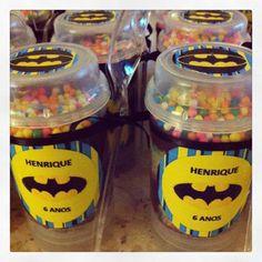 Bolo no pote...perfeito para festinha escolar....Esse personalizado do Batman, é um bolo de canetinha com várias camadas de brigadeiro.....