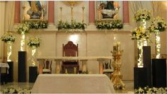 Iglesia con arreglos altos de flores blancas