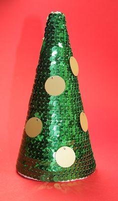 Espuma de poliestireno del árbol de Navidad decorado con cinta de lentejuelas