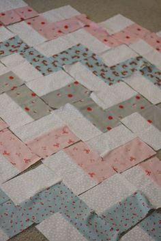 Zuzzy: chevron quilt Very thorough tutorials. Great for anyone interested in quilting!