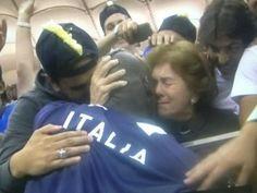 Mario Balotelli abbraccia la mamma dopo la doppietta contro la Germania che regala all'Italia la finale agli Europei 2012.