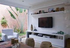 arquiteturadoimóvel: Casa de lazer no litoral de São Paulo: parede de tijolos pintados, tecidos estampados, fibras naturais e marcenaria personalizada dão o ar despojado e conforto tão necessários ao lazer