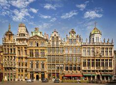 De Grote Markt is een gezellig plein vol terrasjes en winkels en vormt al tijden het centrum van #Brussel. Veel gebouwen zijn tijdens de negenjarige oorlog tussen Frankrijk en de Grote Alliantie verloren gegaan. Kort na de oorlog is het plein weer in Vlaams-Italiaanse stijl opgebouwd. http://travelbird.nl/stedentrip/brussel/ #TravelBird