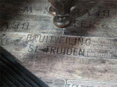 restanten van oude fruitkisten duiken op in bruincafe in denemarken