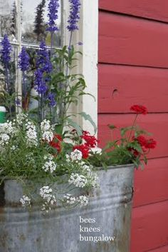 {Bees Knees Bungalow}: Linda's House: The new window box. - isn't this cool?
