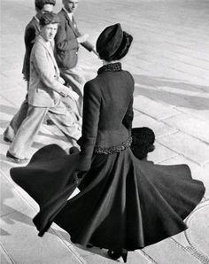 Renée, The New Look of Dior, Place de la Concorde, Paris, August 1947. Photo Richard Avedon. The Metropolitan Museum of Art/Gift of Parfums Nina Ricci, 1979 © The Richard Avedon Foundation
