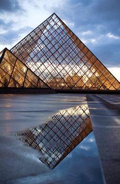 Musee du Louvre, Pyramide de Pei, Paris, France.