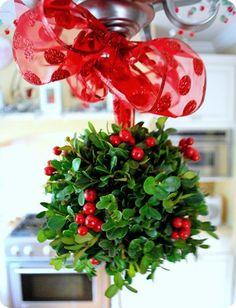 balls, kiss ball, christmas decorations, homemade ornaments, diy ornaments, front yards, dollar store crafts, holiday decorating, diy christmas ornaments