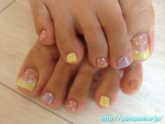 A combination of yellow color, purple, beige, very elegant foot nail