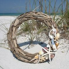 Driftwood and seashell wreath! Beach house decor? Beachy Christmas?