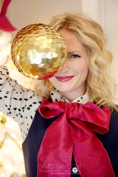 cute, modern Christmas decorating tips... her pallet is navy, gold & hot pink