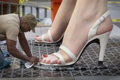 Marilyn Monroe gets a pedi in Chi-town