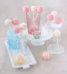 Cake pops para un baby shower, de Bakers Royale, via blog.fiestafacil.com / Cake pops for a baby shower, by Bakers Royale, via blog.fiestafacil.com
