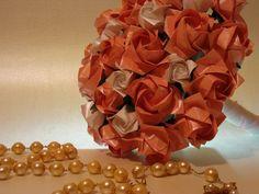 Bouquês de noiva normalmente são compostos por 36 rosas de modelos levemente direrentes (botão, semi-aberta, aberta)finalizadas com fitas de cetim . Cada rosa pode receber no centro uma pedrinha de brilho ou meia pérola, de acordo com o estilo de vestido da noiva. Os Bouquês de noiva são confeccionados com papel perolado que conferem a peça um brilho especial. Os buques podem ser levemente aromatizados com essência de rosas.  Confecciono também o mini  para a daminha que é feito com 18 de ros...