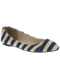 And my love affair w/ all things Nautical continues.... These 'Ahoy' flats by Wanted come in two color combos and are only $39 @piperlimebrand ... how perfect w/ jeans and a lightweight sweater!