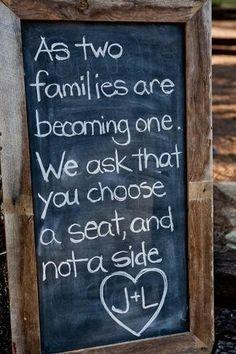 Así como dos familias se convierten en una sola. Les pedimos que escojan una silla, y no un lado. Una idea para que la recepción sea más relajada :)