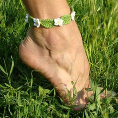 Such a cute idea - crochet flower anklet/bracelet  ~~Love, Love LOVE this!