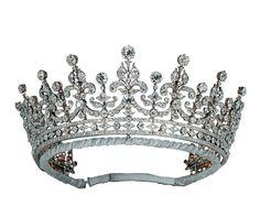 Tiara de las Damas de Gran Bretaña e Irlanda   Dichas damas comandadas por lady Eve Greville, recaudaron fondos para regalarle a la princesa Mary una diadema con motivo de sus esponsales con el duque de York ( futuro rey Jorge V) en 1893. Fue adquirida a Garrard c En 1947, la reina Mary regaló la tiara a su nieta, Isabel II, como regalo de bodas.
