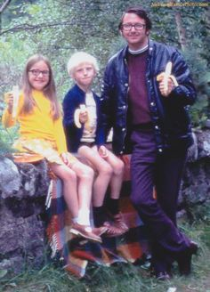 """Awkward Family Photos -  """"Is it awkward for the whole family to pose with bananas?"""""""