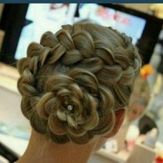 beautiful. Such a Sweet and Beautiful way to wear long hair .. !