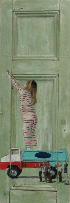 Фото. Интригующие картины на старых дверях.