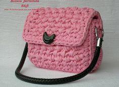 R05.  Bolso Rosa para llevar colgado ajustado a la sisa. Está forrado con dos bolsillos interiores. El asa se puede desmontar para facilitar el lavado.