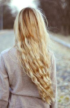 // Long blonde waves