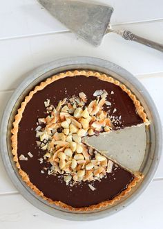 Dark Chocolate, Coconut & Macadamia Nut Tart (It's Gluten Free, Paleo, & Vegan!) | Bakerita.com #recipe #paleo