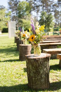 Tree stumps for a Rustic Country Wedding #rustic #countrywedding #country #wedding For more Cute n' Country visit: www.cutencountry.com and www.facebook.com/cuteandcountry