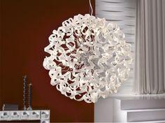 Lámparas modernas modelo NOVA. Lámpara realizada en metal acabado cromo. Espirales de cristal color blanco. Regulación de altura por tensores. Se realiza en dos tamaños de 8 y 15 luces.