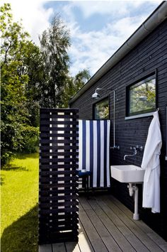 outdoor bathrooms, privacy screens, danish cottag, beach houses, outdoor showers, cabins, cottages, hot tubs, black