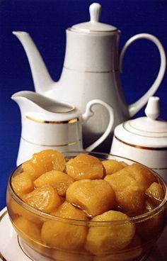 Huevos chimbos es un dulce en almíbar, que consiste en unas masitas esponjosas hechas con amarillo de huevo batido cocinadas al vapor o en baño de María y después hervidas en un almíbar de agua y azúcar. Típico del Estado zulia- Venezuela    http://maracaibomia.com/2012/07/huevos-chimbos-marabino/
