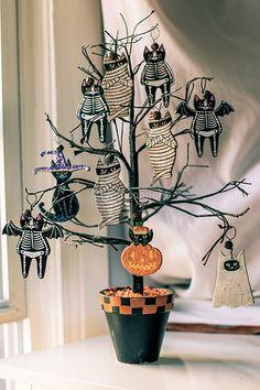 Halloween tree with cat mummies