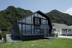 Google Image Result for http://www.trendir.com/house-design/wood-and-glass-house-with-ocean-and-mountains-for-neighbors-1.jpg
