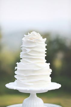 Beautiful and Simple White Wedding Cake #bLBride