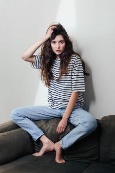 < messy hair, stripe