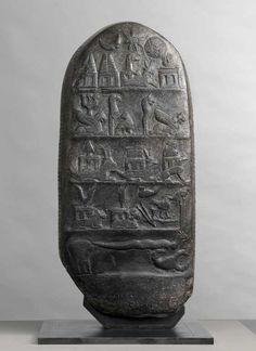 Kudurru de Meli-Shipak commémorant un don de terres à son fils Marduk-apla-iddina Époque kassite, règne de Meli-Shipak (1186-1172 av. J.-C.) Découvert à Suse où il avait été emporté en butin de guerre au XIIe siècle avant J.-C.   Site officiel du musée du Louvre