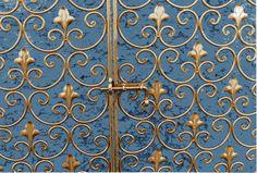 Made by Officine Barenghi Milano. Cancello forgiato a caldo con inserti ispirati alla foglia di giglio araldica.