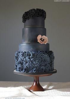 Den här färgen gillar jag och rosorna nederst, skulle kunna tänka mig typ denna fast lite annan utformning, gärna mer lekfull som mina andra tårtpins. black weddings, wedding cake designs, citi cake, grey weddings, blue cakes, wedding cakes, cake west, charm citi, fondant flowers