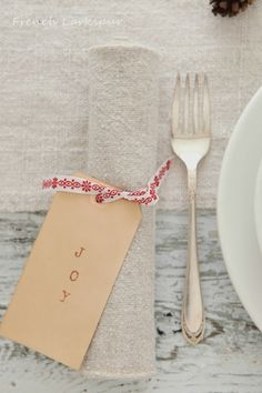 ❊ ℳerry ✣ ℬright ❊ Simple place settings add a heartfelt impression to the holiday table. Great job for little ones to contribute in a fun and creative way.
