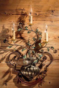 Applique a 3 luci con rose nel vaso - in ferro battuto decorato a mano