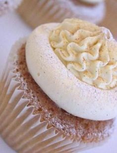French Toast Cupcake | cinnamon and maple sponge cake that's dipped in a brown sugar maple syrup, frosted with maple cinnamon buttercream AN...
