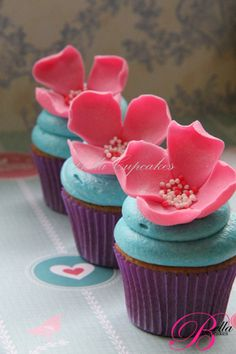 awesome colored cupcakes with great floral design!