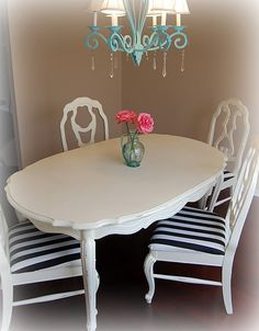 Adorable dining room table! Only i would like it in red and maybe silver or black
