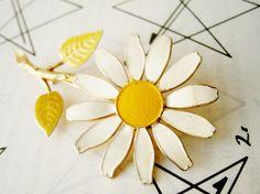 vintage daisy brooch -