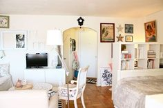 Charming 475 sq. ft. studio apartment. (not my style, but cute and has some great layout ideas) house tours, living rooms, studio apartments, layout, pint size, dream bedrooms, small spaces, studio living, room dividers