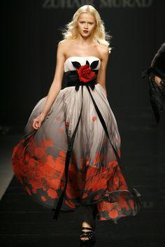 vestido de noche fondo gris con estampados en rojo