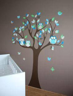 muurschildering van een moderne boom met uiltjes voor in de babykamer.